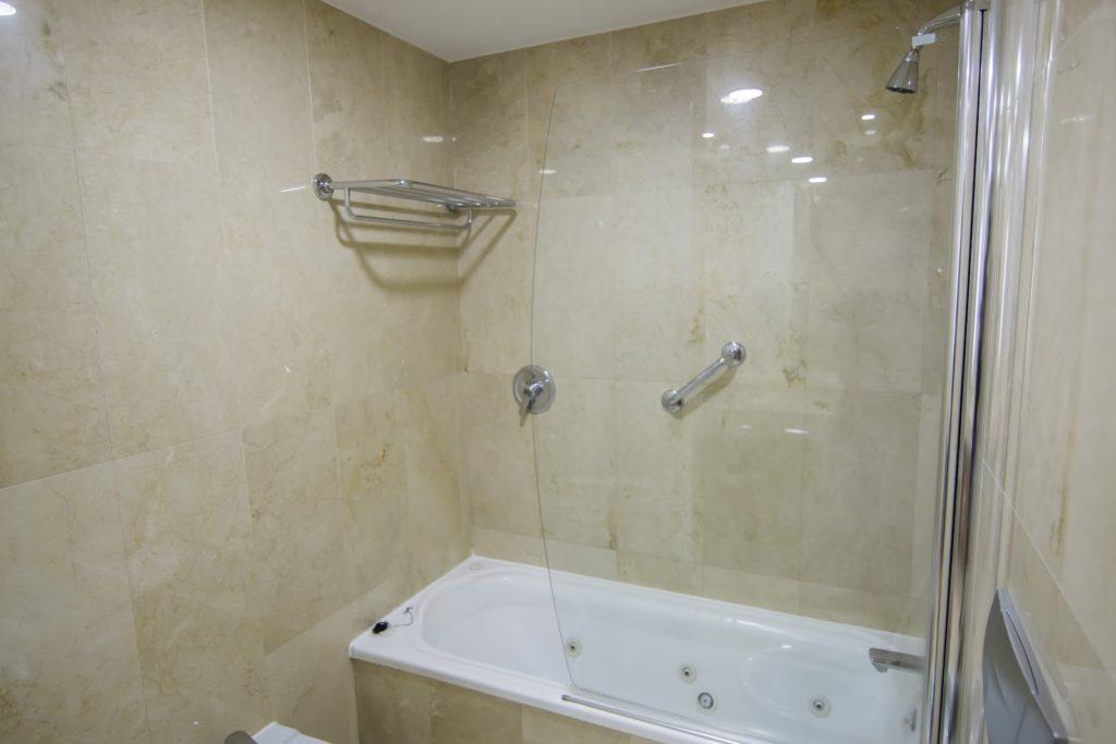 baño apartamento abuardillado